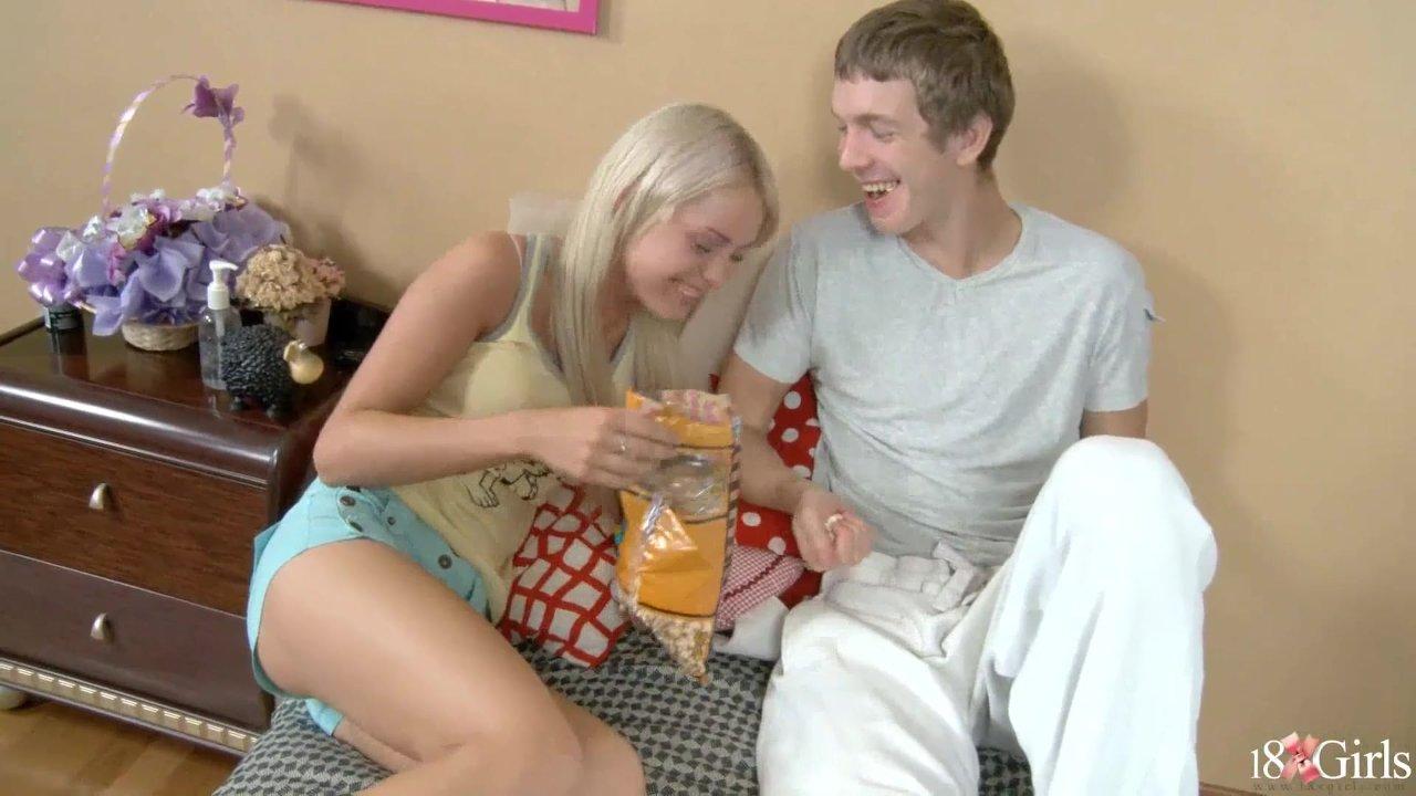 Порно блондинку в обе дырки
