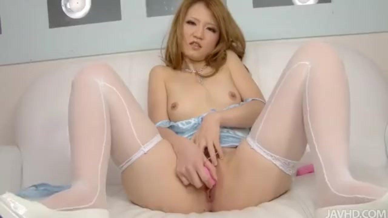 Азиатка в чулках дает в киску