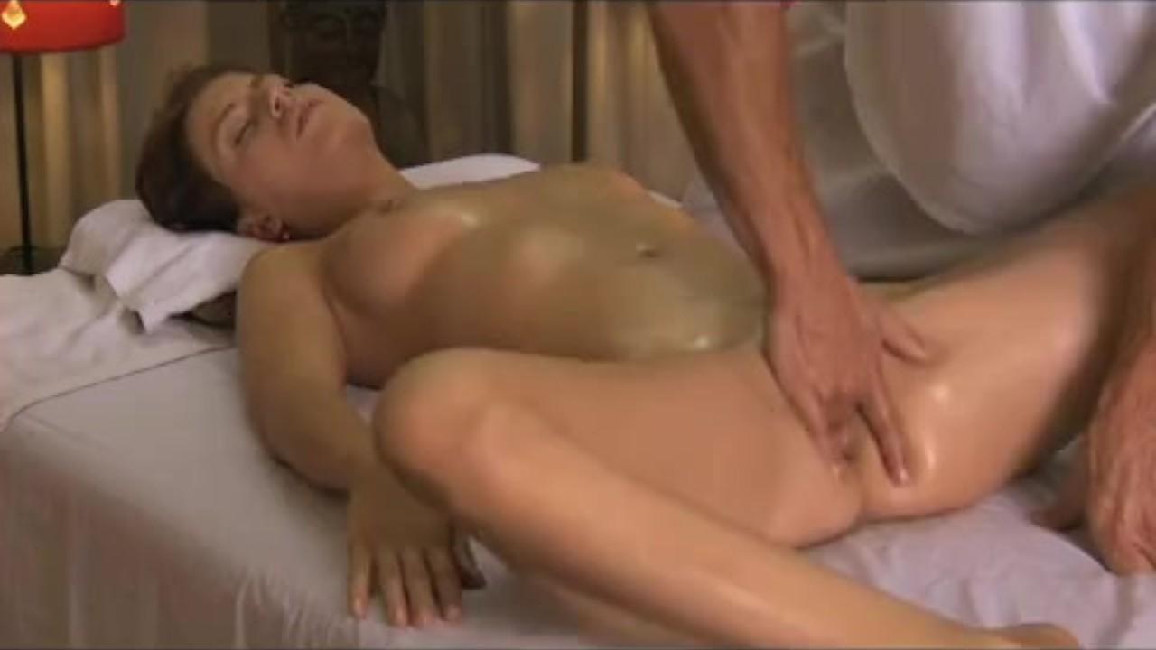 порно массажист не удержался и проник пальцами
