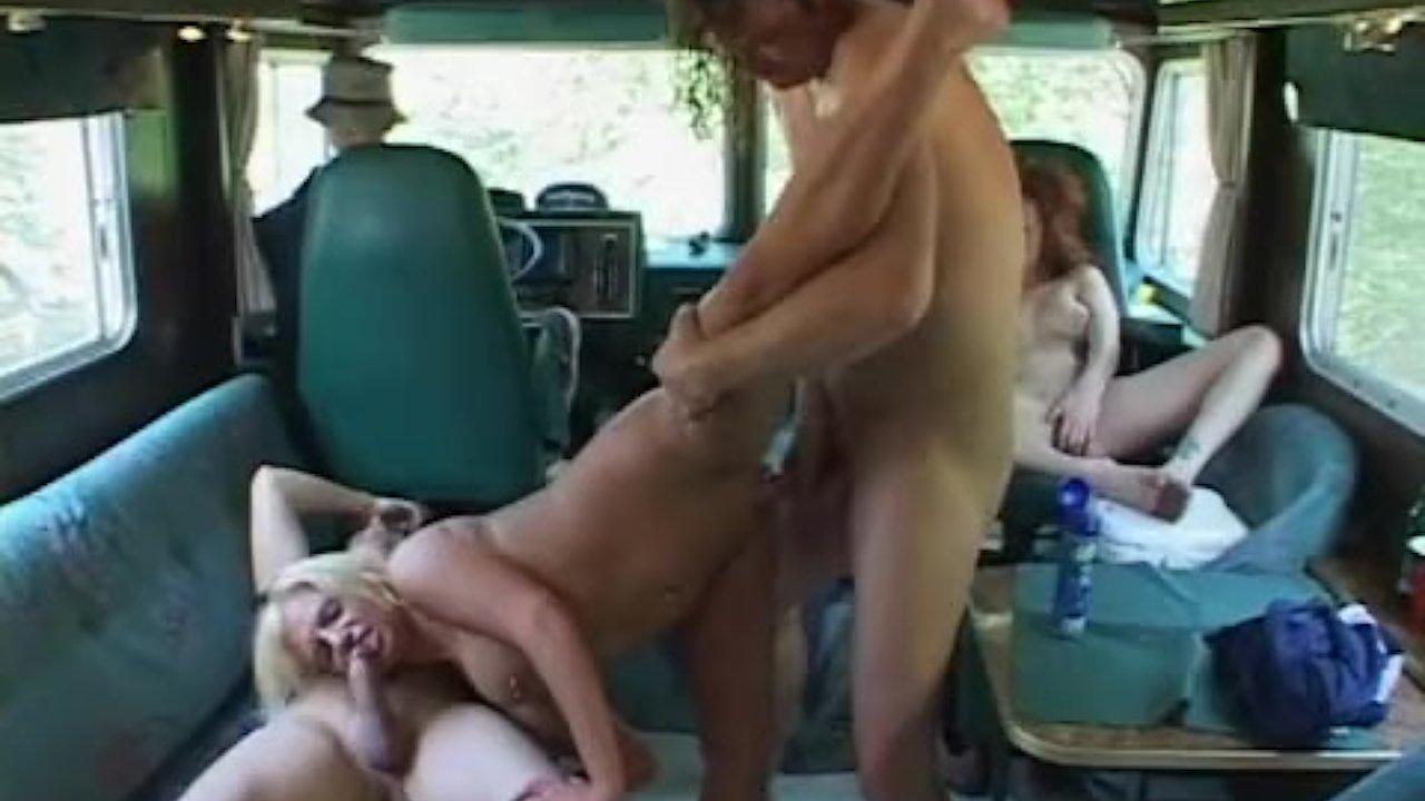 Групповушка в трейлере порно фото 726-610