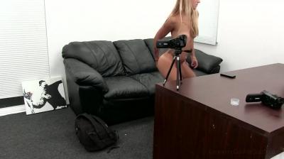 Зрелая блондинка довела себя до оргазма вибратором