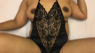 На кожаном диване занялся сексом с красивой брюнеткой